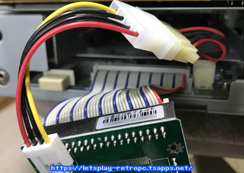 後はIDEケーブルと電源ケーブルをマザーボードに差し込むだけ